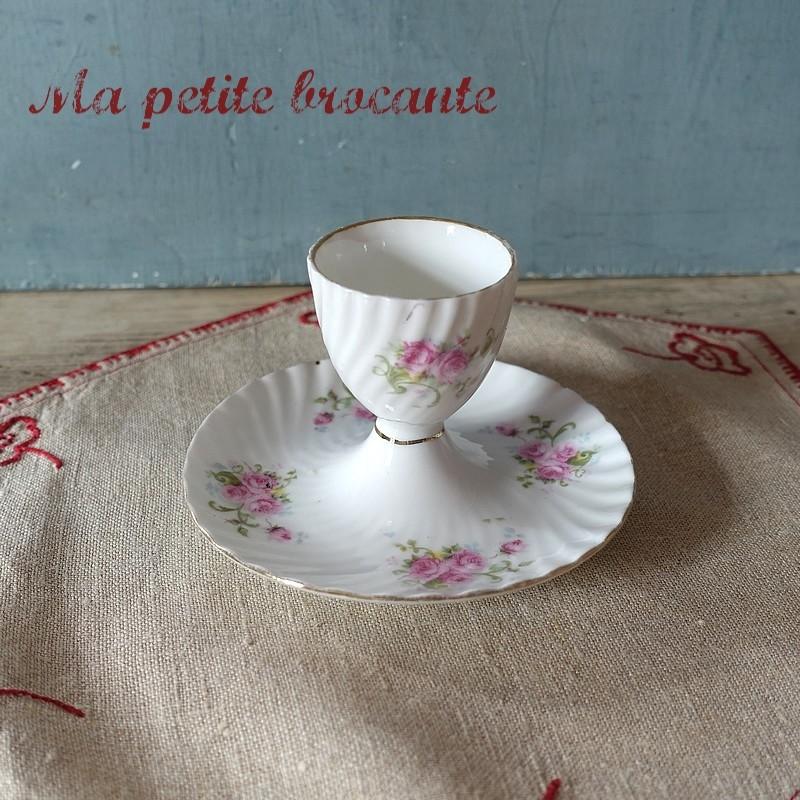 Coquetier en porcelaine décor de bouquets